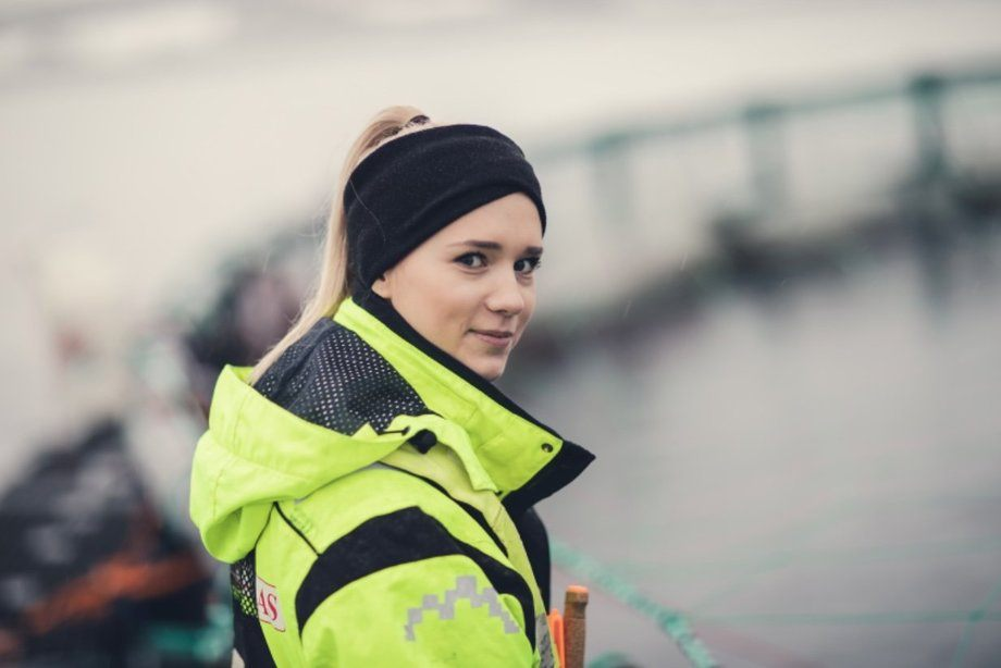 Jenter strømmer til havbruksnæringen som aldri før. En av dem er røkter Isabell Grønvold, som nå har jobbet tre år i Salaks. Foto: Marius Fiskum/Polar Quality.