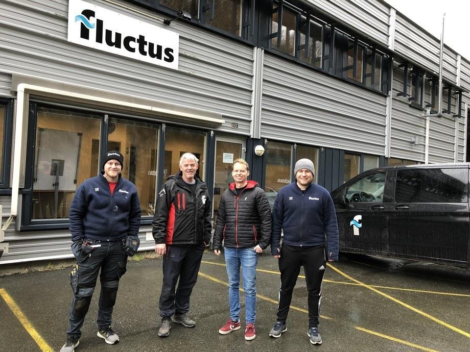 Flutctus leverer fôrflåter så det koster etter. Her er daglig leder Harald Lien, nr. 3 fra venstre avbildet sammen med serviceteknikerne (fra venstre) Mathias Njåstad, Trond Vassnes og Mikal Hausberg på deres nye kontorlokaler i Austevoll. Foto: Fluctus.