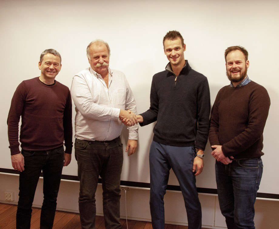 Bildetekst: Fra venstre Klaus Kjerstad (Adm. Dir. ACEL), Kåre Høglund (Styreformann Høglund Gruppen), Kjell-Christian Krohn Dale (Styreformann HPS), Bengt-Olav Berntsen (Adm. Dir. HPS). Foto: Høglund Power Solutions
