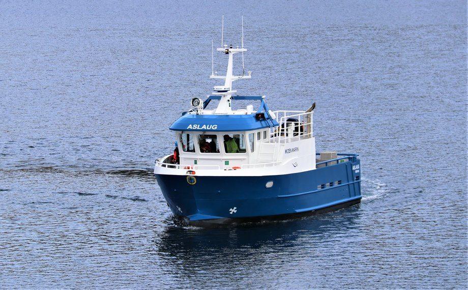 Nå har Emilsen Fisk mottatt sin første leveranse fra Moen Marin. Arbeidsbåten «Aslaug» måler 11,98 meter og er 5 meter bred. Foto: Moen Marin.