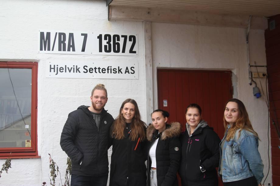Teamet i bedriften SeaSort SB består av fem studenter. Her samlet utenfor Hjelvik Settefisk AS hvor de har testet den første prototypen. Foto: SeaSort SB