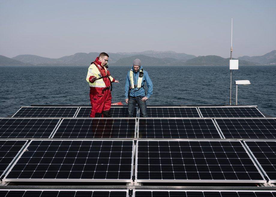 Grieg Seafood Rogaland production manager Kjetil Ørnes and Helleik Syse of the University of Stavanger. Photo: Tommy Ellingsen.