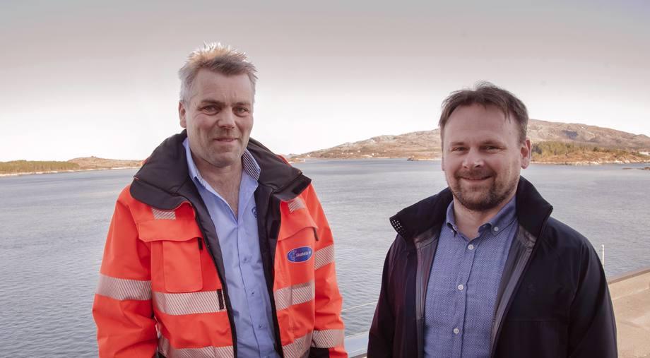 SinkabergHansen og daglig leder Svein-Gustav Sinkaberg (til høyre) går igjen for en løsning fra SkaMik og Geir Skarstad; konkret multiverktøy for lusebehandling om bord på nye «Ronja Explorer». Foto: SinkabergHansen
