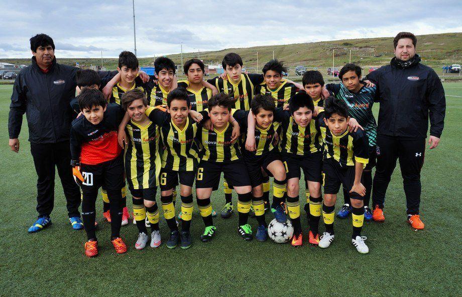 El aporte servirá para la participación en diversas competencias de la Asociación de Fútbol de Porvenir. Foto: Nova Austral.