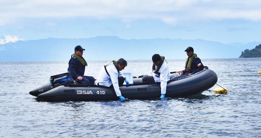Toma de muestras del agua del lago Llanquihue para su posterior análisis. Foto: USS.
