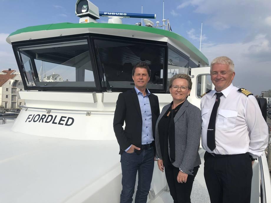 Fra venstre regionsjef for hurtigbåter i Norled; Bjørn Egil Søndenå,  nestleder i Kolombus; Hege Skogland Mokleiv og kaptein Arve Osnes. Foto: Norled.