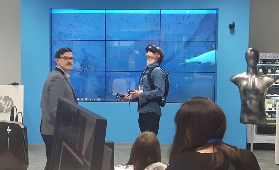 Her får en av de oppmøtte på teknologisamlingen testet hvordan det er å gå rundt i en oppdrettsmerd, i HP sitt VR-showroom. Foto: Nagelld As