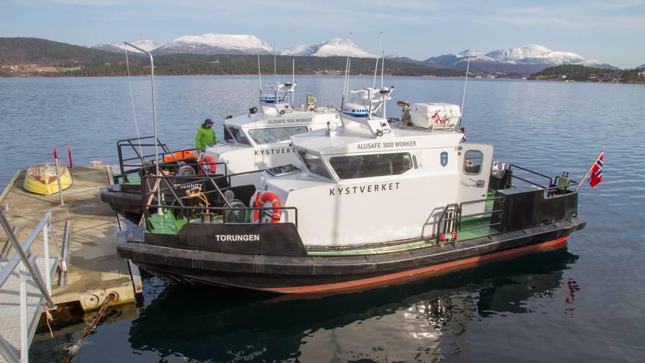 «Stjernøy» og «Torungen» er to identiske arbeidsbåter levert fra Martime Partner til Kystverket. Foto: Maritime Partner