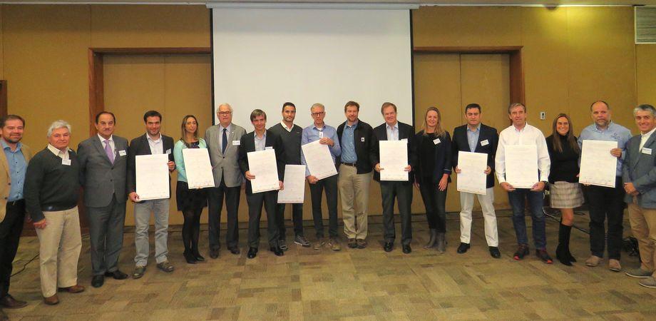 Representantes de las empresas participantes, autoridades regionales y miembros de la comunidad. Foto: Karla Faundez, Salmonexpert.