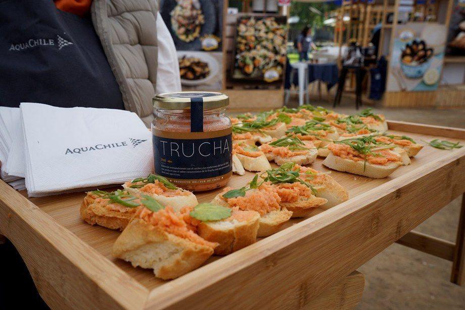 Empresas como AquaChile fueron parte de esta actividad gastronómica. Foto: SalmonChile.