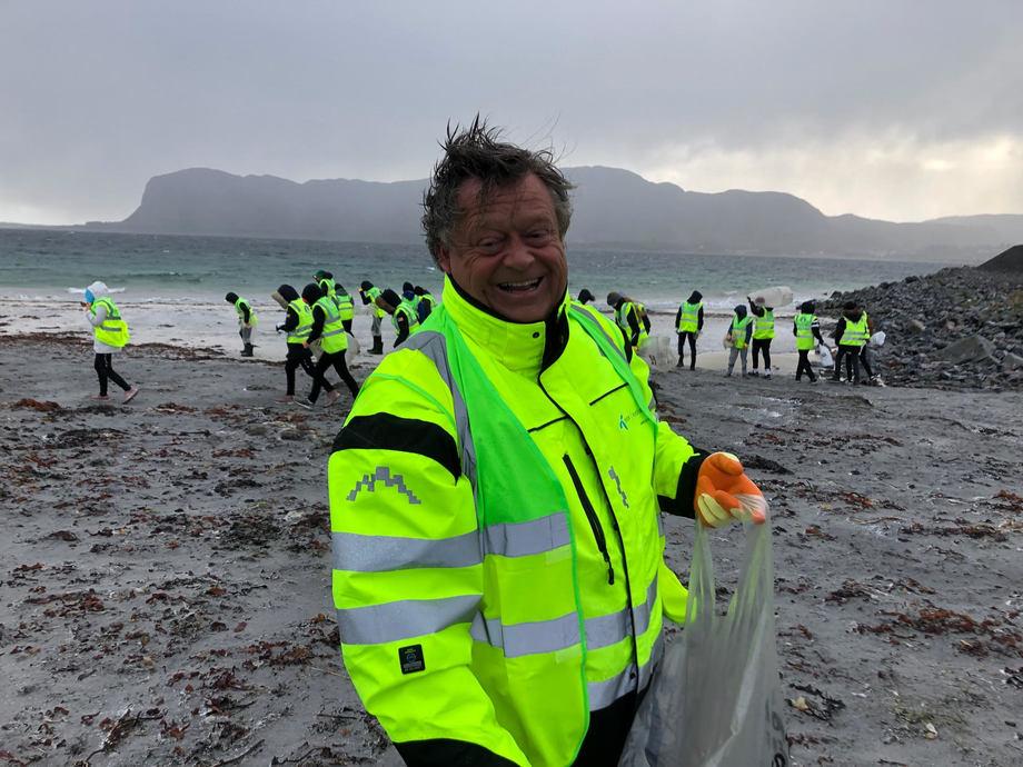 Nesvik på strandryddeaksjon. Foto: Ella Ege Bye/Olje- og energidepartementet.