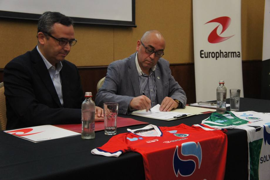 Firma de convenio entre Europharma y Deportes Puerto Montt. Foto: Europharma.