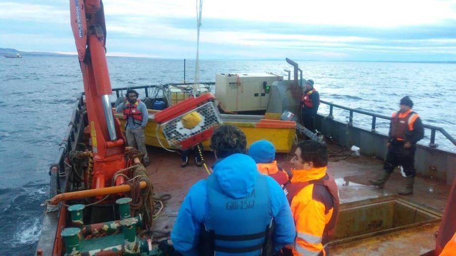 Labores de rescate de la barcaza hundida en seno Skyring. Foto: Armada de Chile.