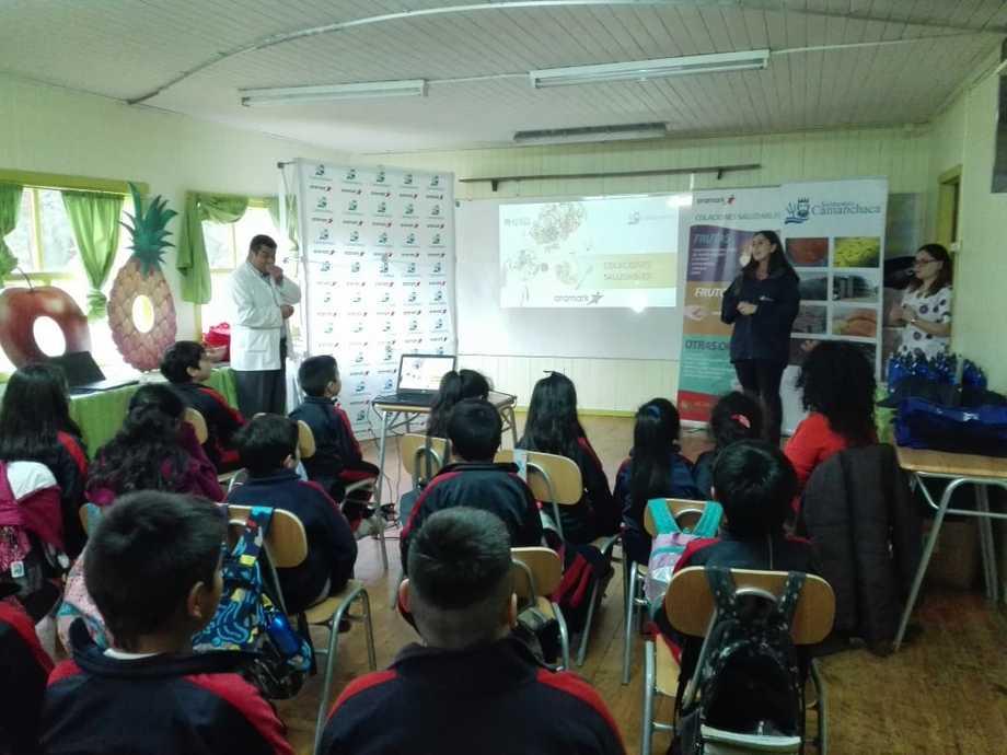 La actividad se desarrolló en Escuela Las Camelias, de Ralún. Foto: Salmones Camanchaca.