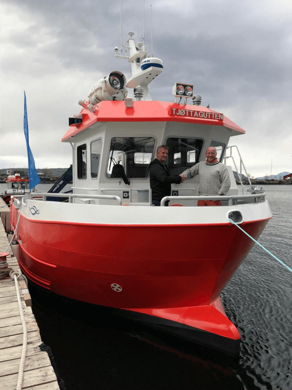 Arne Håvard Måsøy, lokalitetsleder ved Nova Sea Tjøtta (t. v.), og Greger Samuelsen, markedssjef i FMS er fornøyde med samarbeidet. Foto: Folla Maritime Service AS.