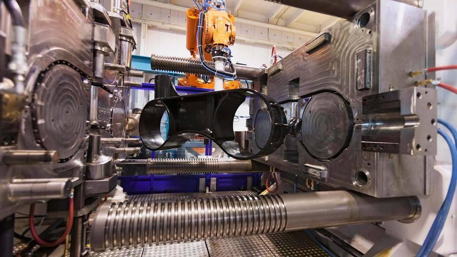 Hos Plasto tester studenter prøver av ulike typer plast i et UV- kammer. Resultatene vi si mye om muligheter for gjenbruk. Foto: Plasto.