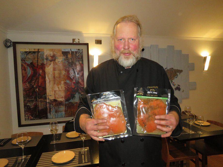 Jan Svoren junto a sus productos premium de salmon y trucha Jan´s Laks. Foto: Karla Faundez, Salmonexpert.