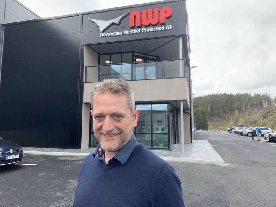 Arne Dalland, CEO i NWP, satser på at deres nye fabrikk vil gi dem flere muligheter, blant annet en mer effektiv produksjonslinje som vil øke kapasiteten og styrke kvaliteten på produktene deres. Foto: Norwegian Weather Protection.