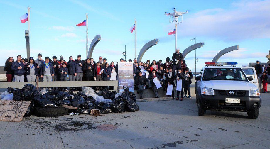 Estudiantes de escuelas y del liceo de Porvenir participaron en esta limpieza de playas. Foto: Nova Austral.