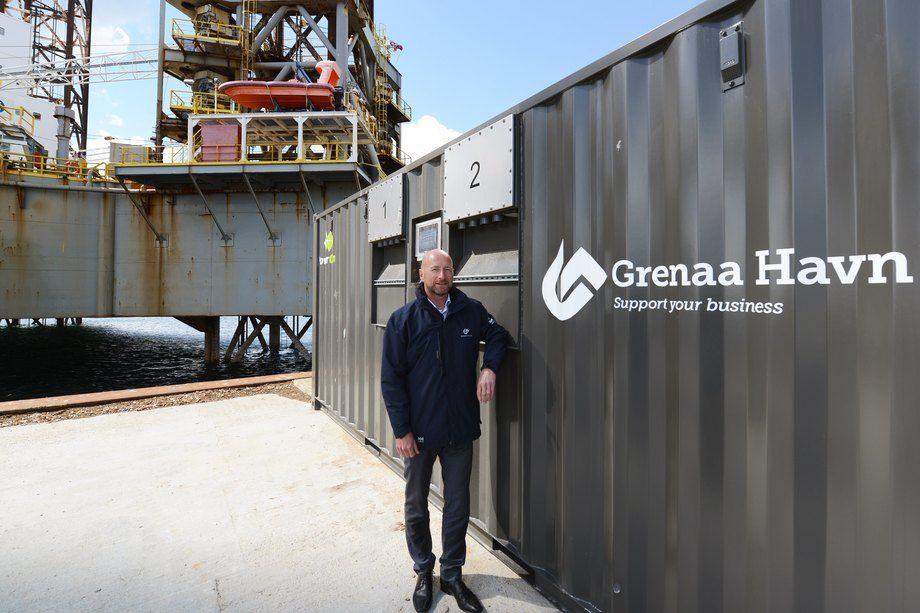 Administrerende direktør i Grenaa Havn, Henrik Carstensen foran det nye landstrømanlegget. Foto: Grenaa Havn