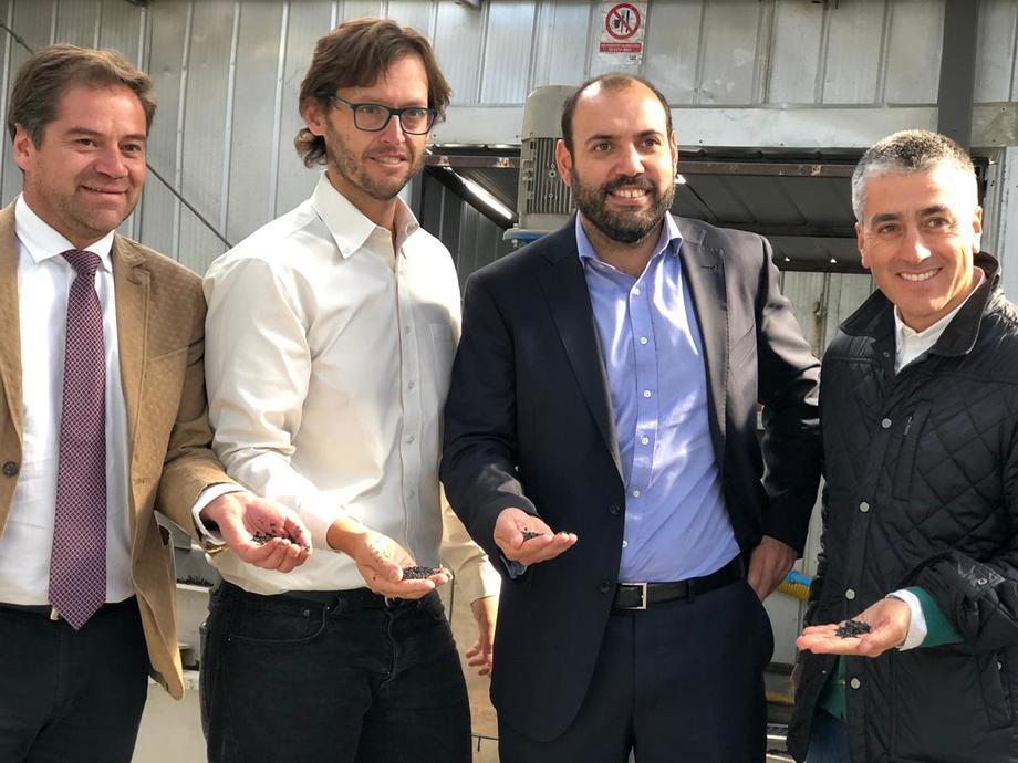 Fundador de GreenSpot, Benjamín González, junto a autoridades sectoriales. Foto: Corfo Los Lagos.
