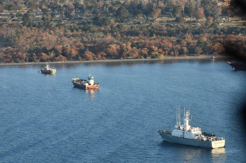 Labores de búsqueda de los tres tripulantes de Navsur IV. Foto: Armada.