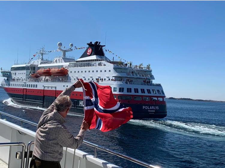 Akterutseilte 85 år gamle John fra Wales fikk vinke til sin kone Margareth da han suste forbi med norsk flagg på 17. mai. Foto: Arve Svenning.