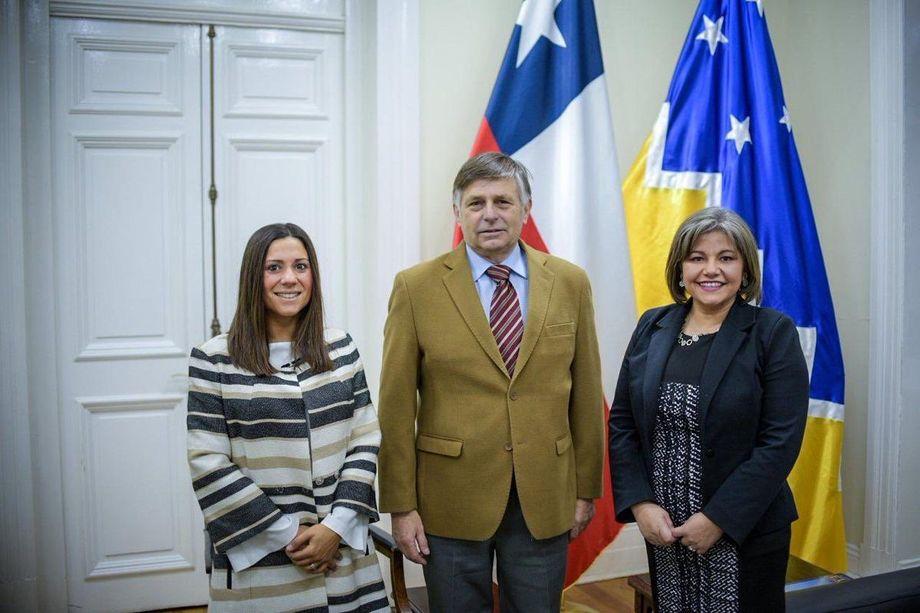 La directora zonal Magallanes de Subpesca (a la derecha) se reunió el lunes con el intendente regional José Fernández (al centro) y la Seremi de Economía Natalia Easton (a la izquierda). Foto: Subpesca.
