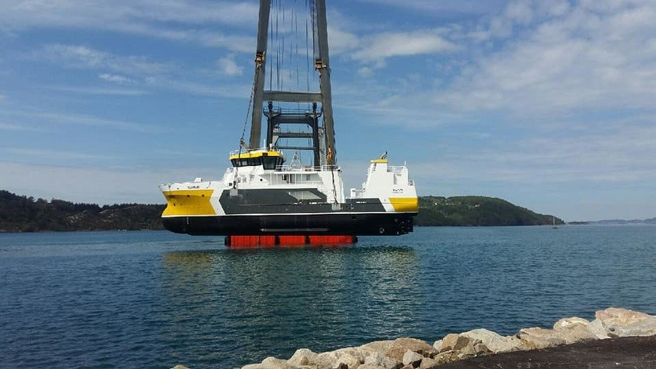 Stillasene ble i dag fjernet og den nye prosessbåten til Napier er nå sjøsatt. Foto: Fitjar Mekaniske Verksted/Napier