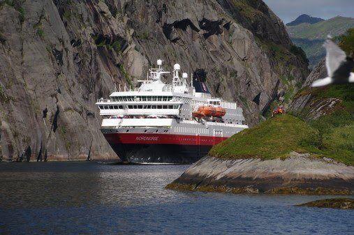 MS «Nordnorge» er ett av minst seks skip Hurtigruten skal oppgradere til å drives på en kombinasjon av batterier, naturgass (LNG) og biogass (LBG) - produsert av fiskeslam. Foto: ULF HANSSON/Hurtigruten