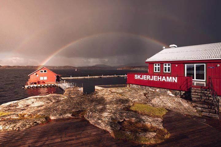 Kultur- og visningsansvarlig for Skjerjehamn visningssenter, Viggo Randal, håper på fint vær i morgen, da det ofte er nøkkelen til et godt utearrangement. Foto: Christer Voll.
