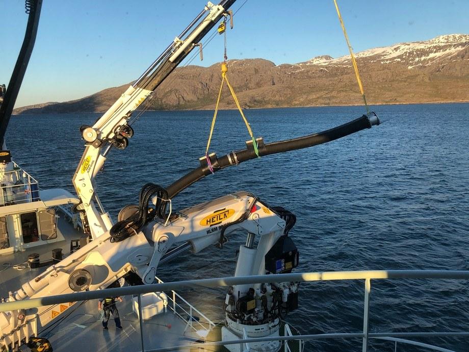 Alle mann til pumpene: «Norwegian Gannet» jobber på spreng for å raskt kunne tømme merder i algerammede Nord-Norge. Foto: Hav Line