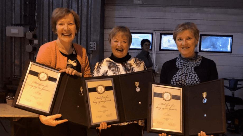 Toril Vik Veland (f.v), Ingunn Eikeset og Britt Ryland var tydelig overrasket og stolte av å ha blitt tildelt Norges Vel Medalje for lang og tro tjeneste. Foto: Kystrederiene