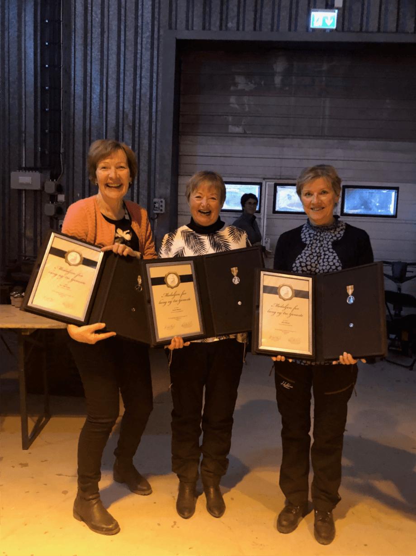 Toril Vik Veland (f.v), Ingunn Eikeset og Britt Ryland var tydelig overrasket og stolte av å ha blitt tildelt Norges Vel Medalje for lang og tro tjeneste. Foto: Kystrederiene.