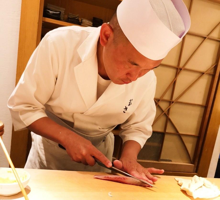 Sushikokk Masakatsu Oka i sving med å forberede en av det som virket som en endeløs strøm av himmelske sushibiter. Hver eneste bit laget med sylskarp presisjon og lidenskap. Foto: Ole Andreas Drønen.