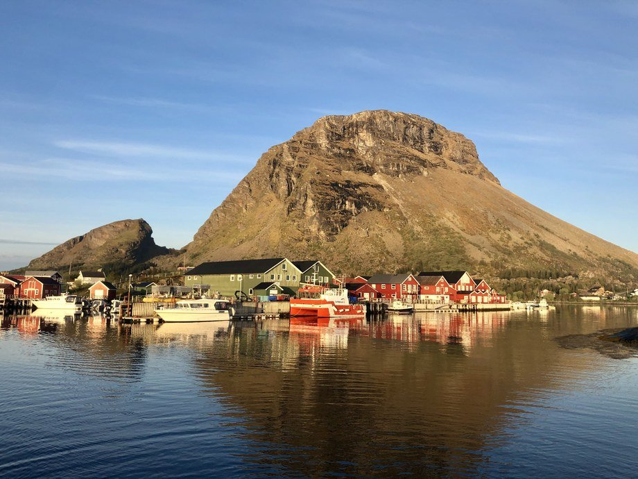 Lovundlaks sin landbase på Lovund med Lovundfjellet i bakgrunnen. Foto: Lovundlaks