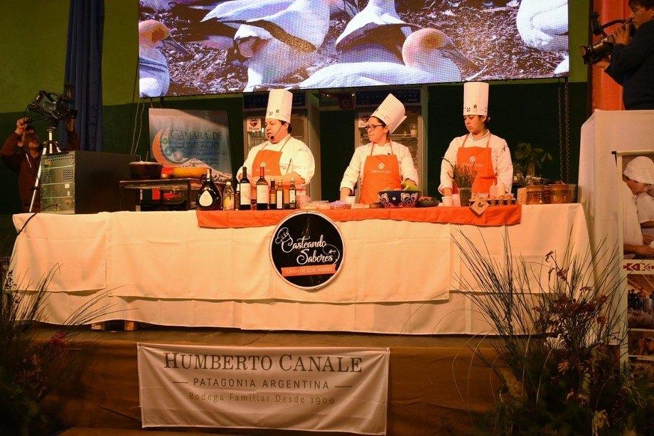 Hernán Quiroz, presidente de PuconChef, realizó un show de cocina en vivo en base a salmón. Foto: SalmonChile.