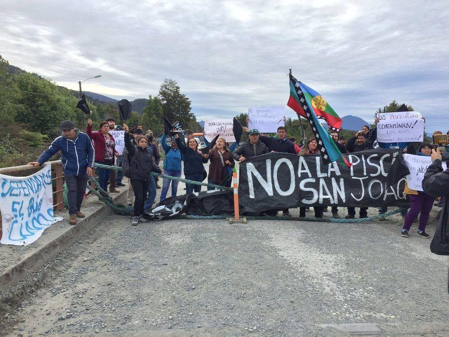 Vecinos de Hornopirén protestando por proyecto de piscicultura. Foto: Municipalidad Hualaihué.