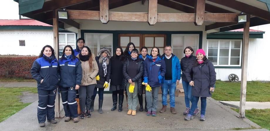 Equipo de trabajo que realizó limpieza de playas en el Canal Fitz Roy. Foto: Asociación de Productores de Salmón y Trucha de Magallanes.