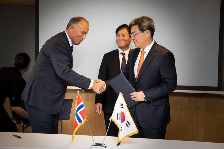 Jotuns styreleder Odd Gleditch (t.h.) og Hyundai Heavy Industries-toppsjef Ka Sam-Hyun tar hverandre i hånden etter signering. Foto: Emanuele Lombardo