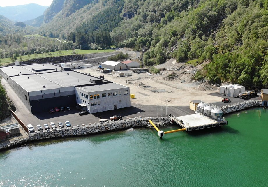 Anlegget er bygget med resirkuleringsteknologi og har kapasitet til å produsere 3 000 tonn med postsmolt. Foto: Grieg Seafood ASA.