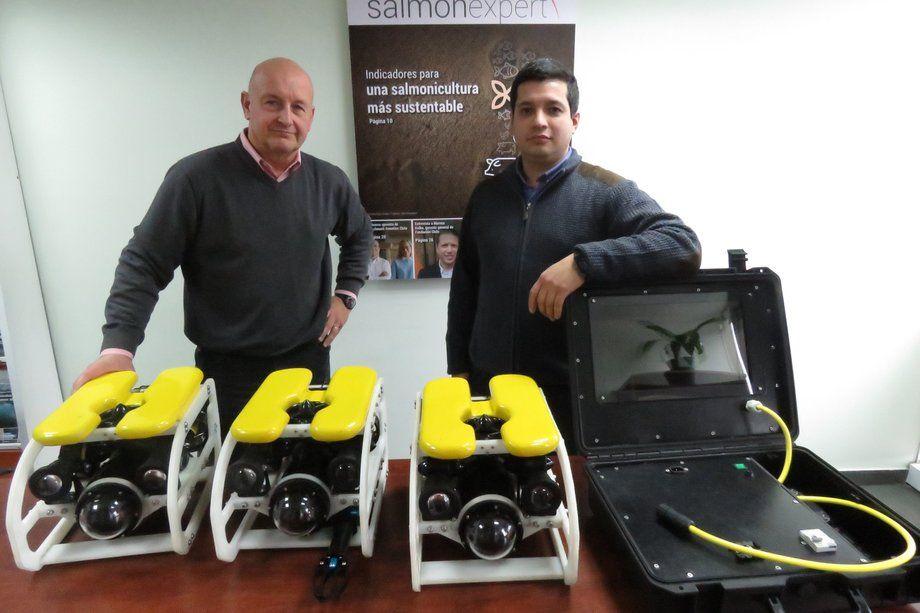 Hans Schmitz y Tomás Bravo, de Tech Stream, con equipos ROV Kraken. Foto: Jonathan Garcés, Salmonexpert.