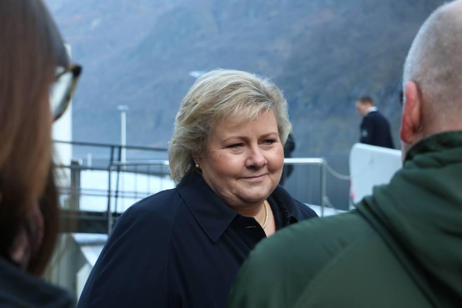 Statsminister Erna Solberg vil halvere utslippene fra den norske skipsfarten innen 2030. Ett av tiltakene kan være krav om nullutlippsfartøy i havbruksnæringen. Foto: Helge Martin Markussen.