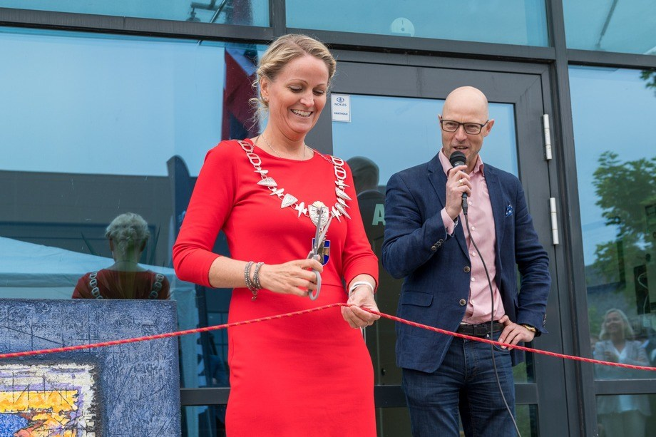 Ordfører i Klepp kommune, Ane Mari Braut Nese, fikk æren av å åpne bygget. Det var en litt mer utfordrende jobb en vanlig, ettersom det klassiske silkebåndet var byttet ut med et slitesterk vinsjtau. Foto: Akva Group