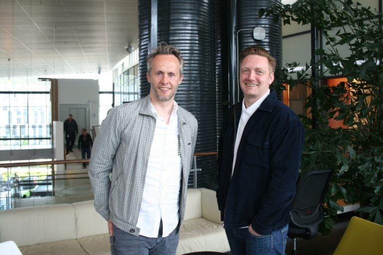 Espen Strand Henriksen (t.v.) og Espen Strand Henriksen er to av de tre partnerne bak Norway in a Box. Den tredje er Xuechun Chang. Hun var ikke til stede da bildet ble tatt. Foto: Stiim