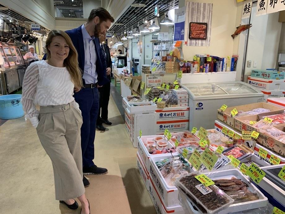 Japanerne har 400 ulike sjømatarter å velge mellom på markedet. Derfor er det viktig å fremheve den norske laksen for laksekampanjens prosjektleder Mia Sætre Bernhardesen og fiskeriutsending Gunvar L. Wie. Foto: Norges Sjømatråd