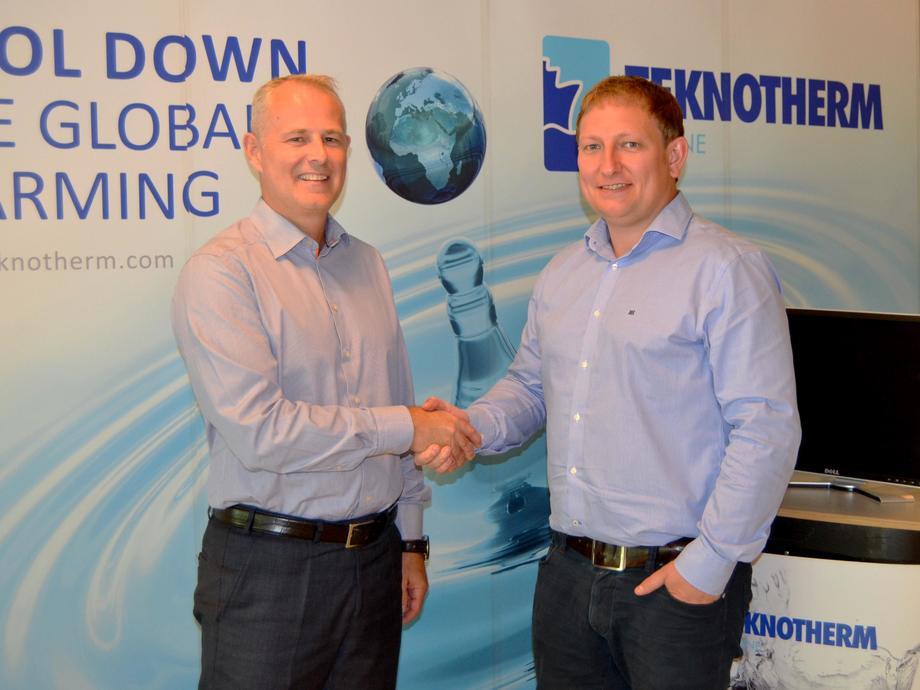 Jon Aksel Brynildsen (til høyre) ønsker den nye administrerende direktøren Thomas Smordalen lykke til. Foto: Teknotherm
