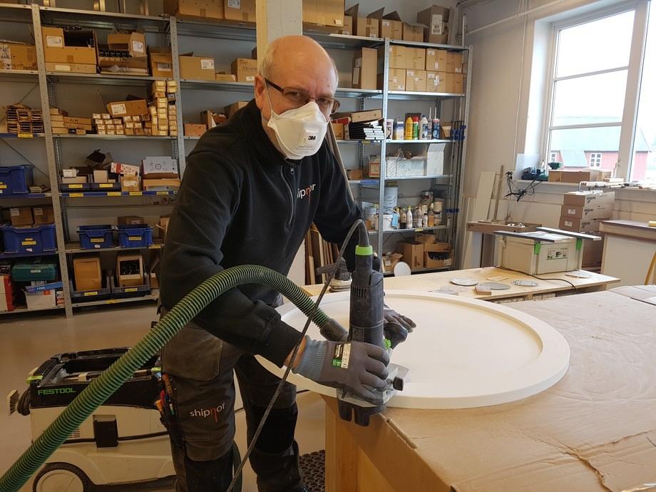 Oleg jobbet både helg og hverdag sammen med de andre i fabrikken på Angvika for å levere møbler til hasteoppdraget «Viking Sky»