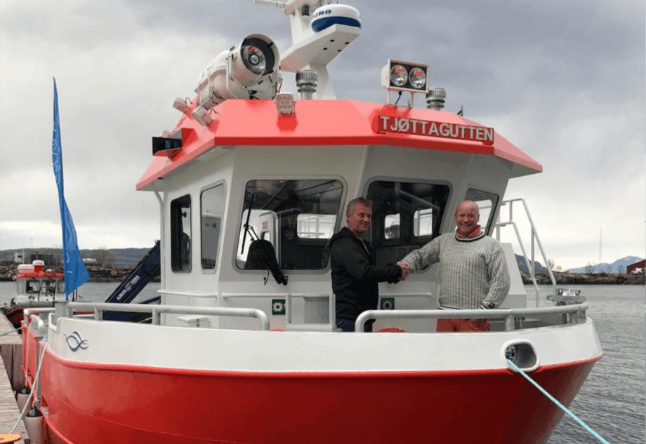 Tjøttagutten ble overlevert under båtmessa i Sandnessjøen i mai. Foto: Folla Maritime Service