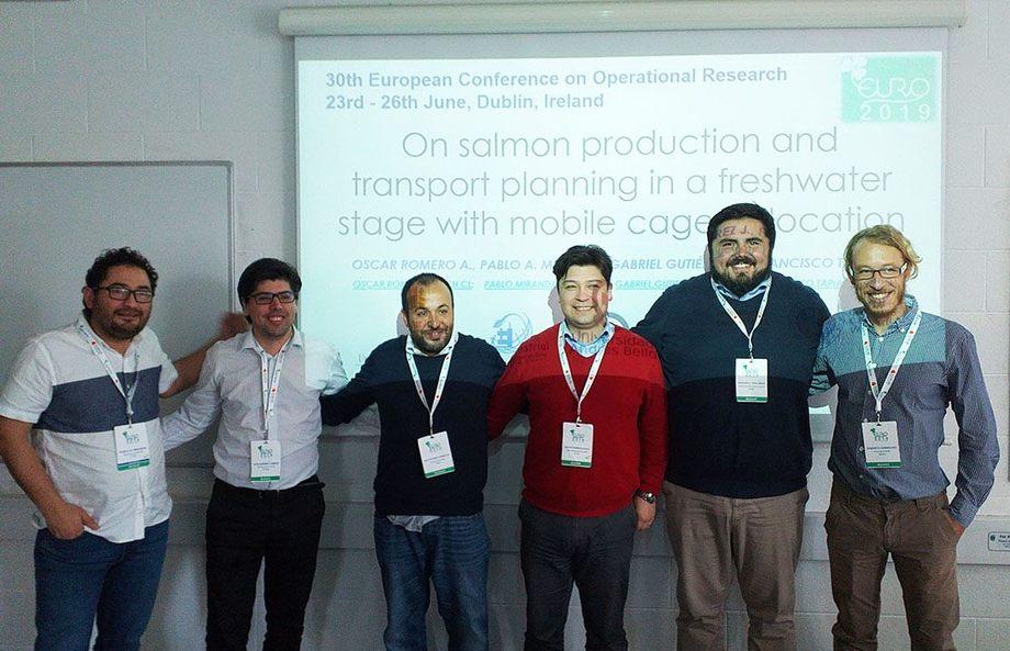 El profesor Óscar Romero junto a otros investigadores en la 30th European Conference on Operational Research. Foto: UACh.